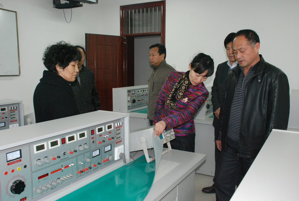 校领导参观我院机修模拟电路与数字电路综合实验室